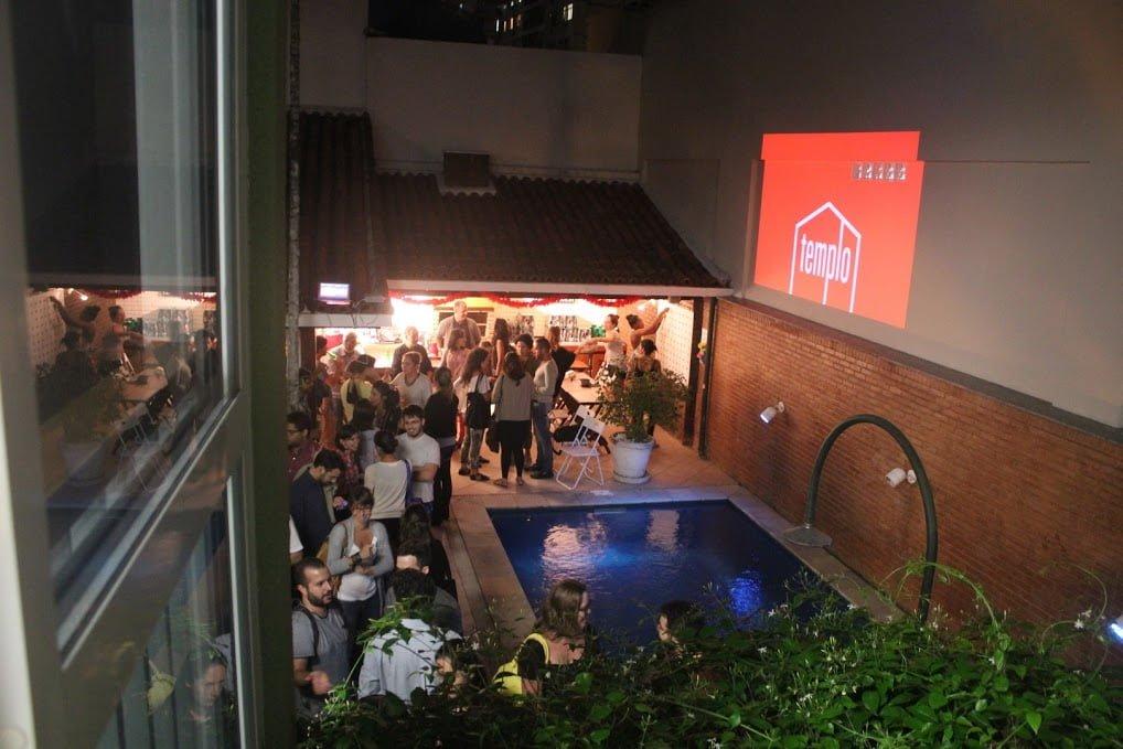 Mais de 200 pessoas na Noite do Arduíno, primeiro evento do Olabi, na área externa da casa de Botafogo de O Templo, em abril de 2014. (O happy hour também reuniu empreendedores que foram ao Vale do Silício pelo projeto Templo Journey.)