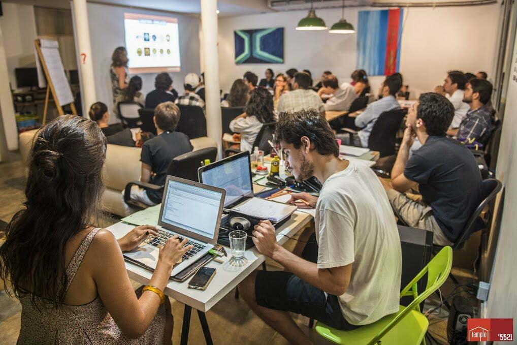 O salão de coworking da casa da Gávea de O Templo durante o curso de branding e design thinking de Clarissa Biolchini