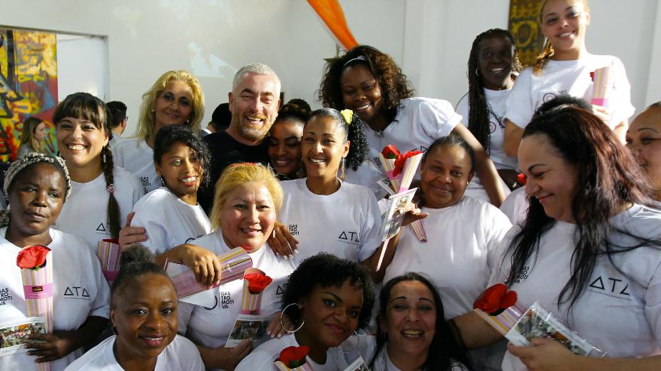 Alex Atala e as formandas do curso da  Gastromotiva para detentas, em São Paulo (foto publicada em reportagem do Estadão)