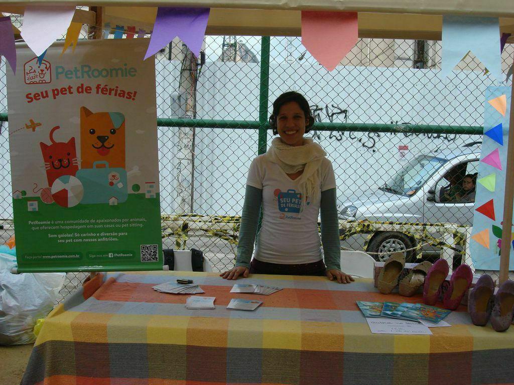 One-woman-business: Monique divulgando a PetRoomie em uma festa junina, em Botafogo, na barraca ao lado da de proteção aos animais