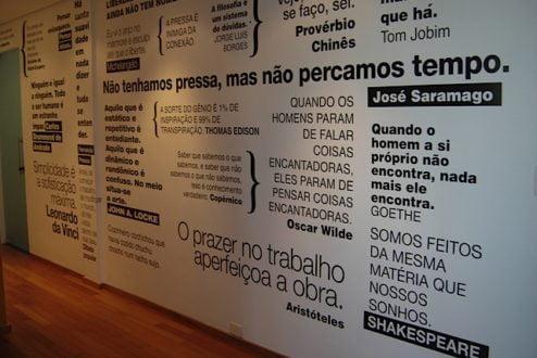 Sede da Sarau, em São Paulo: poesia espalhada pelas paredes, talvez na busca de gerar relações mais inspiradas entre as pessoas