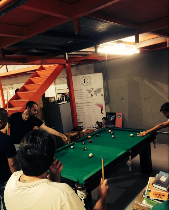 Atenção: engenheiros trabalhando no escritório da empresa, em São Paulo.