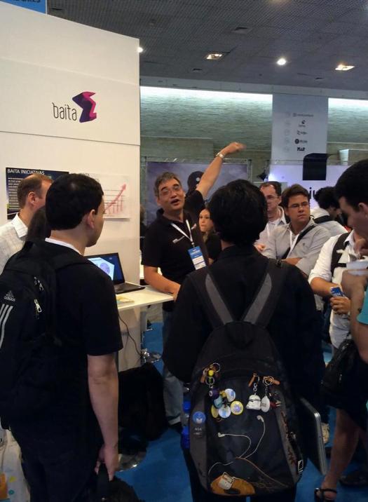 Acelerar é interagir: Renato Tói (ao centro), orienta um grupo em estande da Baita.