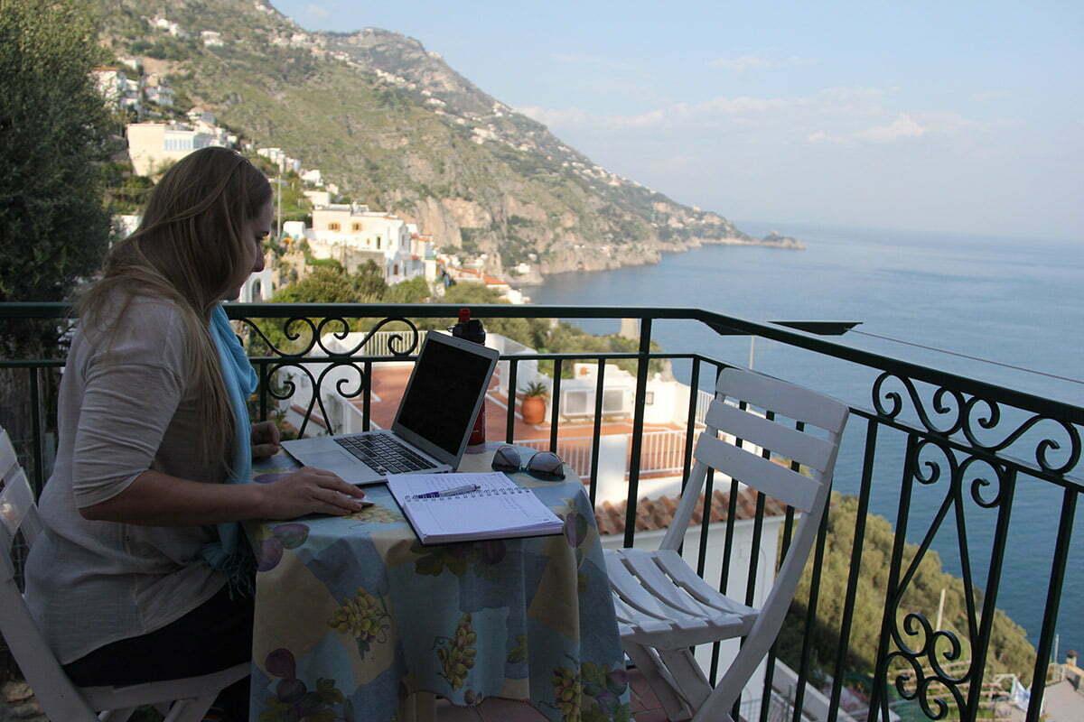 Glau em sua rotina 100% conectada, emoldurada pela na Costa Amalfitana, na Itália.