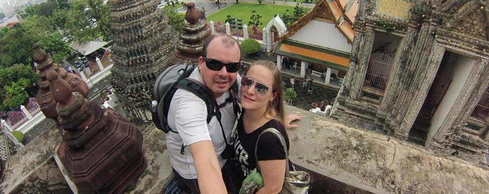 Adriano e Glau em Bangcoc, na Tailândia, exercendo os 50% de tempo ao turismo a que se dão direito a cada viagem.