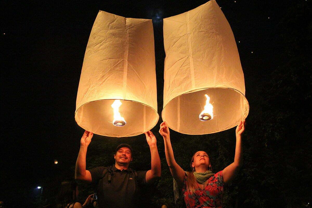O casal no festival das lanternas em Chiang Mai, na Tailândia.