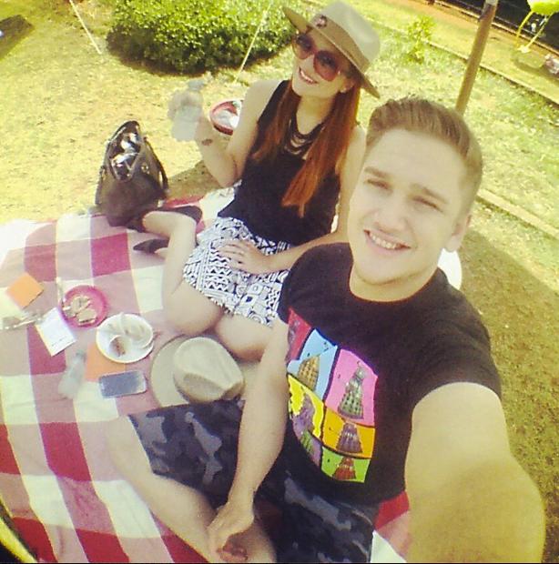 João e a namorada Camila: selfies e vida social acompanhada por milhares de seguidores.