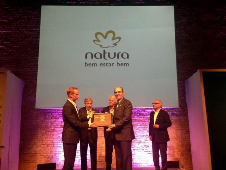 Luiz Seabra, Guilherme Leal e Pedro Passos, os fundadores da Natura, recebem o certificado em Empresa B.