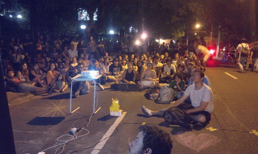 """A ação """"Cinema na Anita"""" reuniu cerca de 300 pessoas na rua Anita Garibaldi, na capital gaúcha, este ano."""