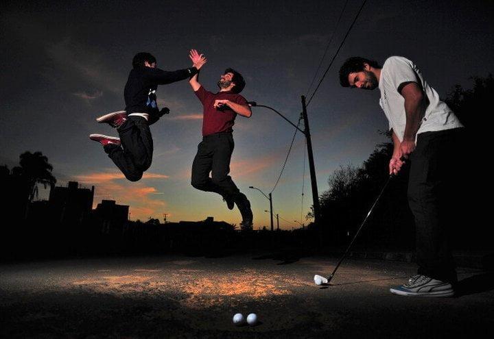 """Em formato de vídeo, o protesto inusitado transformava buracos de rua em """"holes"""" de golfe."""
