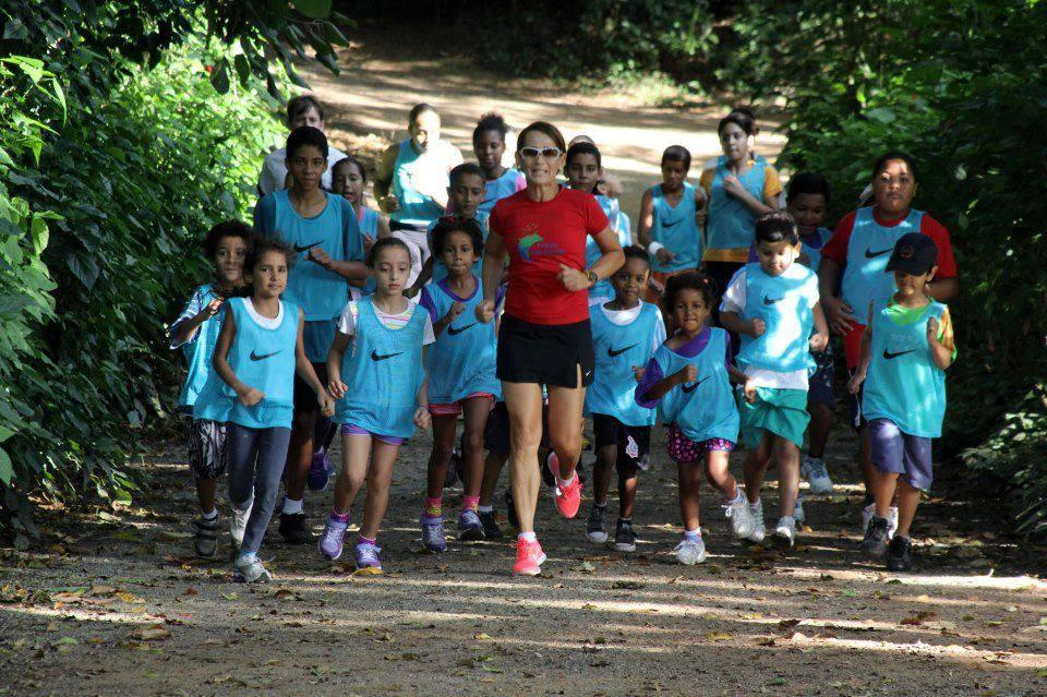 Neide à frente de um grupo de crianças atendidas pelo projeto, que hoje tem patrocínio de Nike e Gatorade.