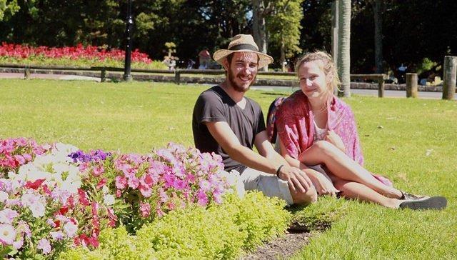 Rafael e Maria, já com os pés na estrada, num parque na Nova Zelândia.