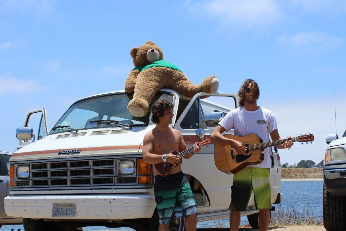 Riq Lima e Eric Faria na van que servia de casa e escritório móvel em San Diego.