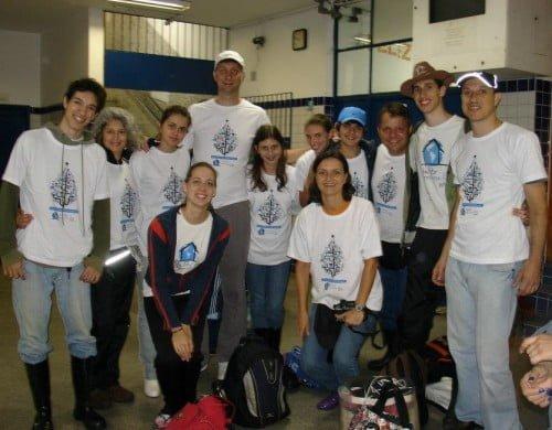 Cristiane e a família (filhos, marido, primos, cunhadas) quando foram voluntários em uma ação da ONG Teto.