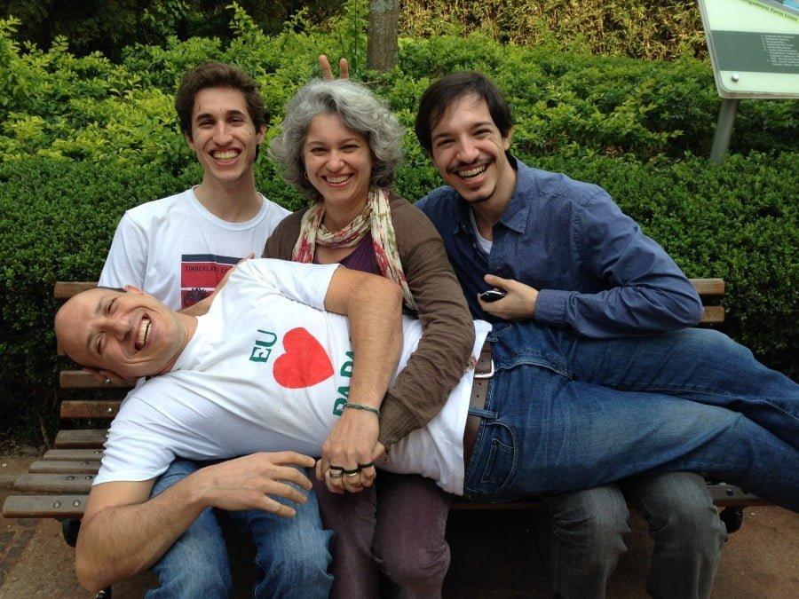 Com os filhos, Lucas e João Paulo, e o marido Eduardo. A família se dividiu entre São Paulo e Nova York durante alguns anos, por causa do trabalho de Cristiane.