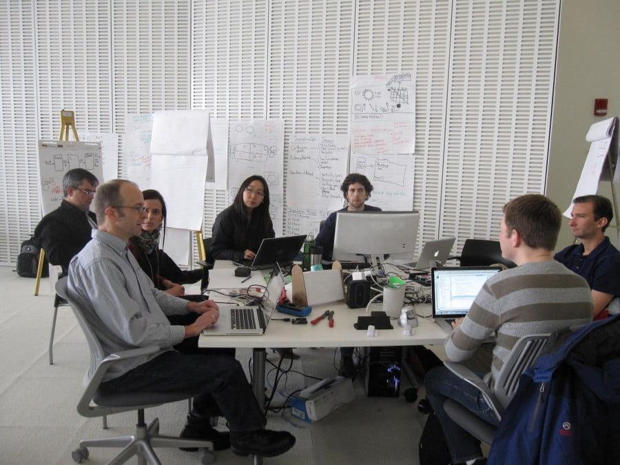 A engenheira, cercada por outros pesquisadores, em uma visita recente ao MIT.