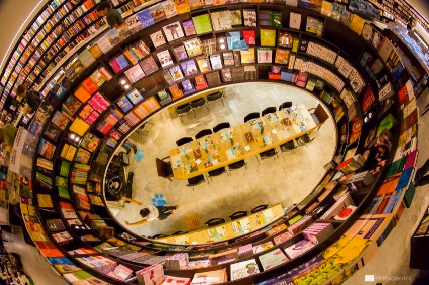 Que tal um jantar exclusivo que acontece numa... livraria? (foto: Dani Derani)
