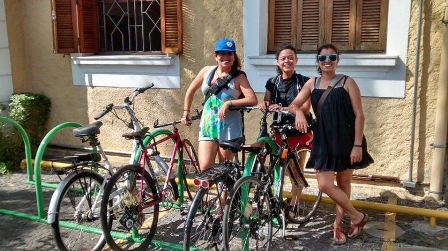 As sócias e suas magrelas: Aline, Laura e Evelyn.