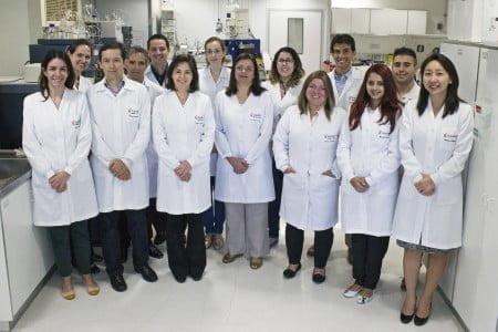 A gerente de inovação e sua equipe de pesquisa e desenvolvimento: produtos novos para um mercado novo.