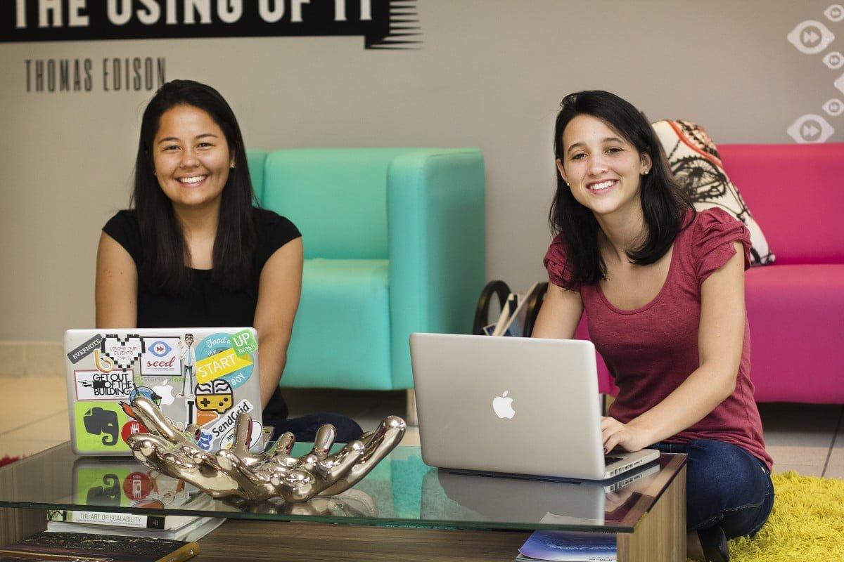 """Marcela e Ana Paula, empreendedoras precoces e """"nômades"""" da startup que criaram: Cabe na Mala."""