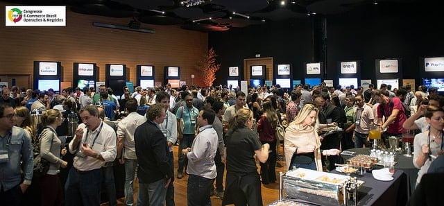 Nos eventos da E-commerce Brasil, o público chega antes da hora marcada para as palestras.
