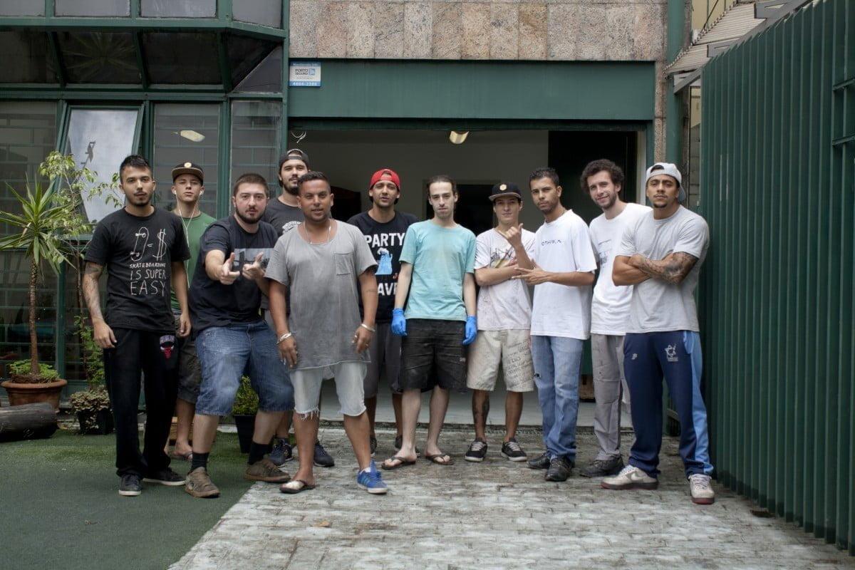 Equipe Leaf (tem gastrônomo, médico, contador, professor de geografia, publicitário...) em frente à casa em Perdizes, em São Paulo, que serve de estúdio e loja.