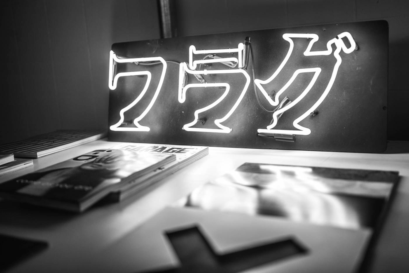 """Há um storytelling se desenrolando à sua frente, assim que você entra pela porta da Flag. Uma direção de arte meticulosa. Uma experiência do usuário desenhada por Luisa Martini - aqui, a palavra """"Flag"""" em caracteres japoneses"""