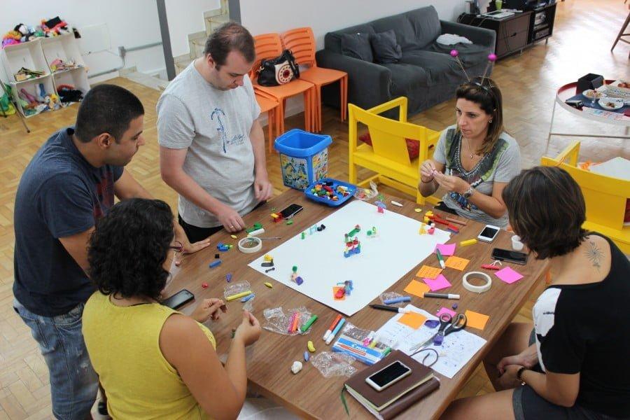 Como é baseada em processos criativos, a metodologia da escola tem essa atmosfera lúdica.