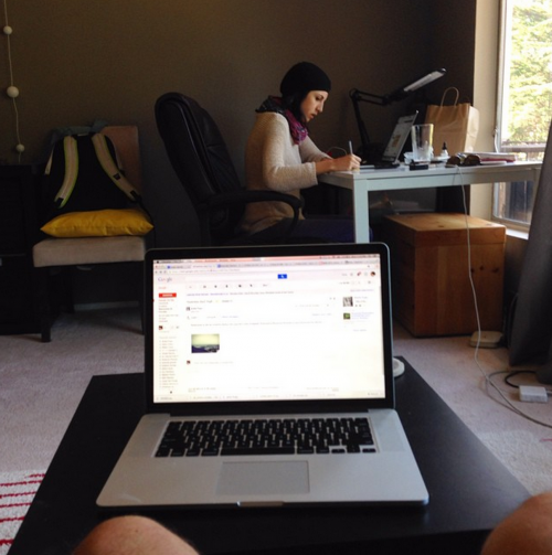 Aqui é trabalho! Eles passam cerca de 12 horas por dia coordenando  e atualizando os três sites.
