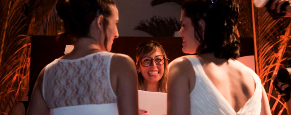 """Ilana celebra o casamento das amigas Erika e Carol: o primeiro de muitos, personalizados e sem """"sustos"""" para os noivos."""