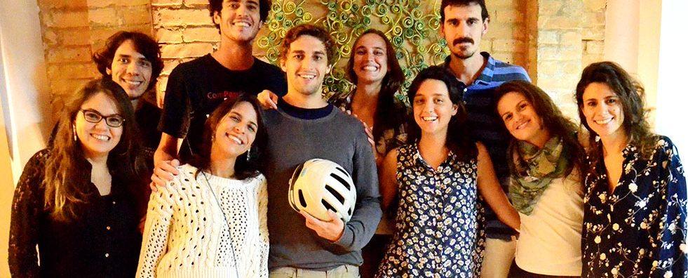 Projeto Atados, de Daniel Morais (na foto, o mais alto, de camiseta preta): ONGs, que buscam melhorar o mundo e precisam de ajuda, e voluntários, que querem ajudar mas não sabem como, agora têm onde se encontrar