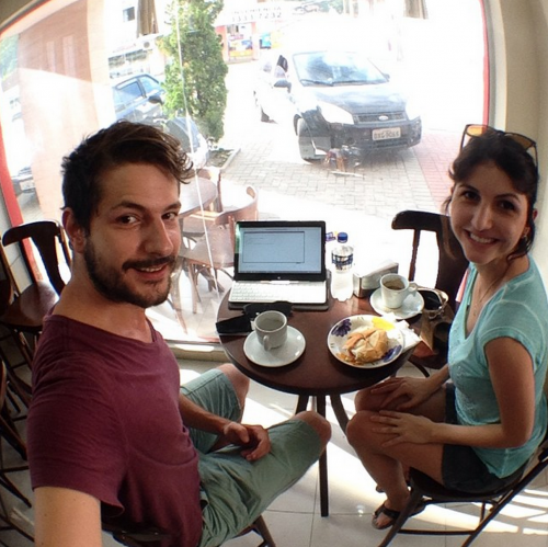 Conexão (e trabalho) em qualquer lugar. Aqui, o casal em Florianópolis.