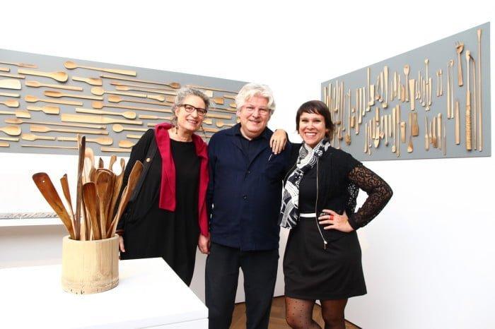 """Bebel na abertura da exposição """"Magia do Simples: As colheres de bambu de Alvaro Abreu"""", com o editor Lars Müller, presidente da AGI, e Corinna Rösner, curadora-chefe do International Design Museum, em Munique (foto: Diana Abreu)."""
