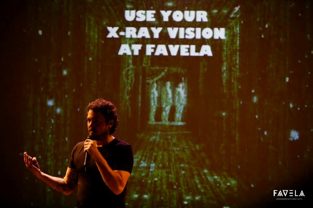 Felipe Anghinoni, da Perestroika, ensinando aos gringos do Vale o que é Favela Underground Creativity.