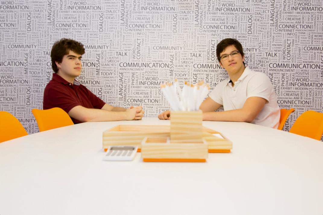Pedro e Henrique, na sede da Pagar.Me, que fica em São Paulo. Eles pretendem coordenar a empresa remotamente, ano que vem, enquanto estudam em Stanford.