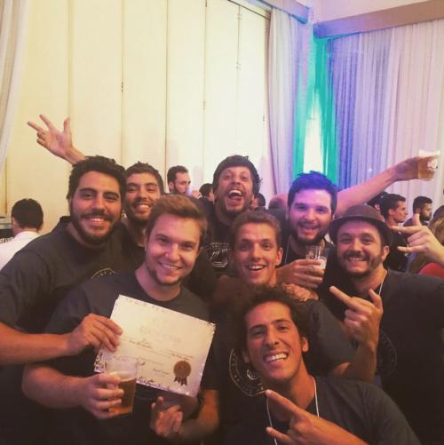 Turma da Segue o Barco comemora a eleição da Viúva Negra a melhor cerveja doppelbock do Brasil.