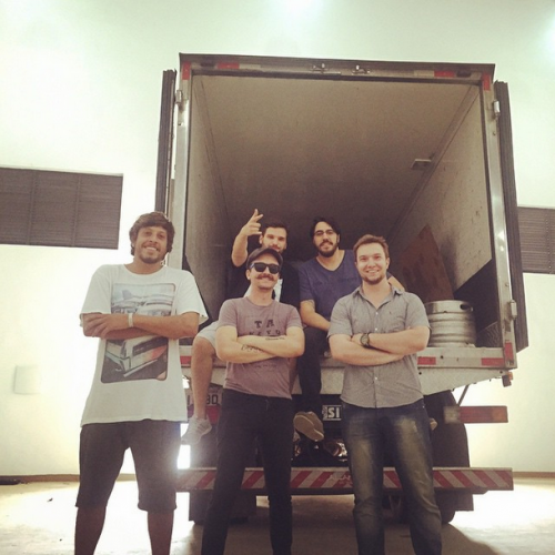 Bruno, os sócios e um caminhão do tamanho da ambição da Segue o Barco para 2015.