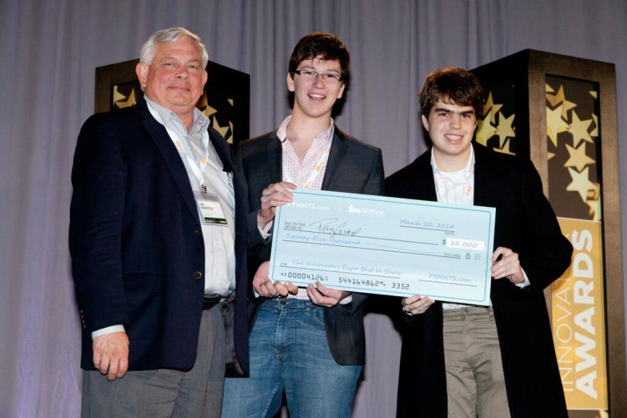 No palco, a dupla recebe o prêmio 'Best in Show', do Innovation Project da Payments, em Harvard, no ano passado.