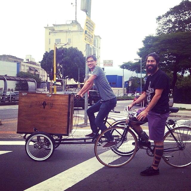 Rodrigo e Thomas com a bicicleta adaptada para vender sorvetes Frida & Mina.