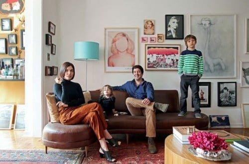 Luiz com a mulher Aline e os filhos Mia e Lian no apartamento em que vivem, no Centro de São Paulo (foto: Casa Vogue)