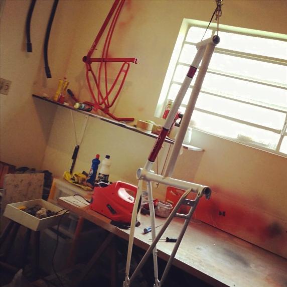 A oficina do Studio Vila fica no quintal da casa de Rodrigo.