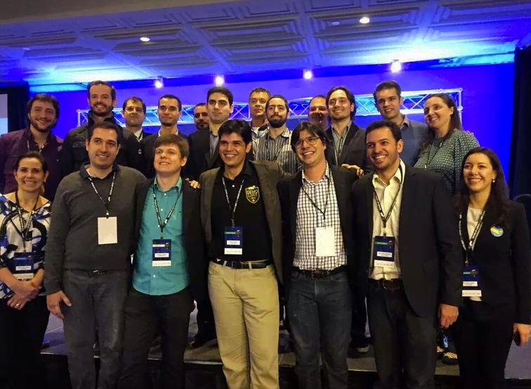 Felipe Matos (de óculos, à frente) com participantes do Demo Day da Startup Brasil, ano passado.