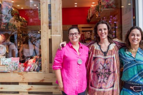 Rachel, Alice e Rosane, da Rede Asta, em frente à loja física da marca.