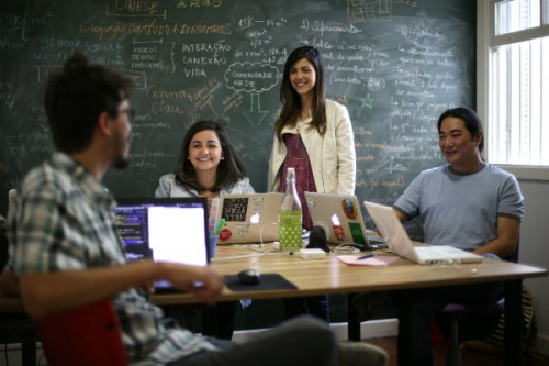 Parte da equipe do Cinese: Anna e Camila Haddad, o designer Rafael Nepô e o programador Kenzo Okamura