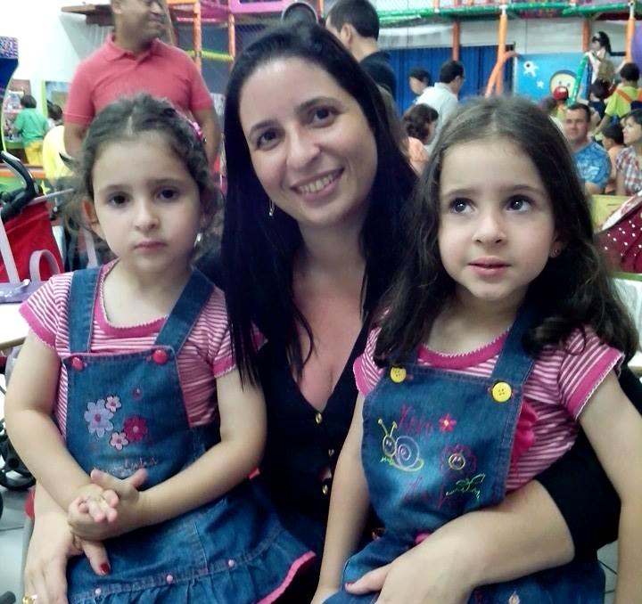 Fabiany Lima e as gêmeas Lara e Laís.