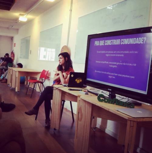 Anna, em um encontro Cinese realizado no Lab89, fala sobre construção de comunidades.