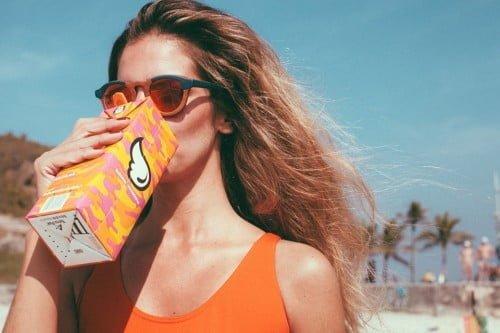 Em colaboração com a marca de sucos do bem, Zerezes lançou uma edição limitada desse modelo colorido e com lentes espelhadas