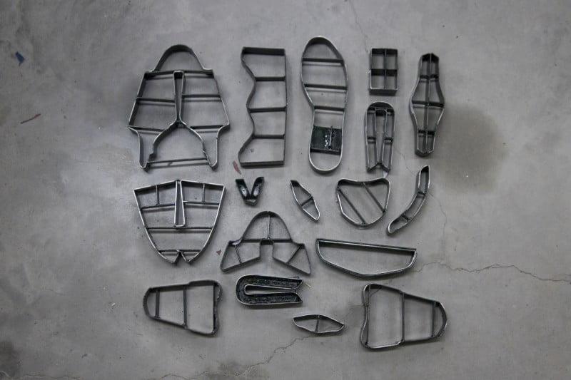 Moldes usados para o corte da borracha dos solados.