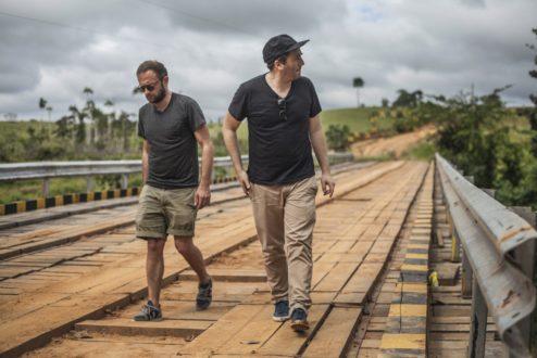 Os sócios François-Ghislain e Sébastien na entrada da Reserva Chico Mendes, onde compram borracha certificada.