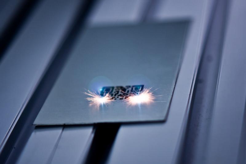 Peça sendo gravada com a tecnologia Welle Laser: mais rápida e mais confiável que as soluções que o mercado costumava usar.